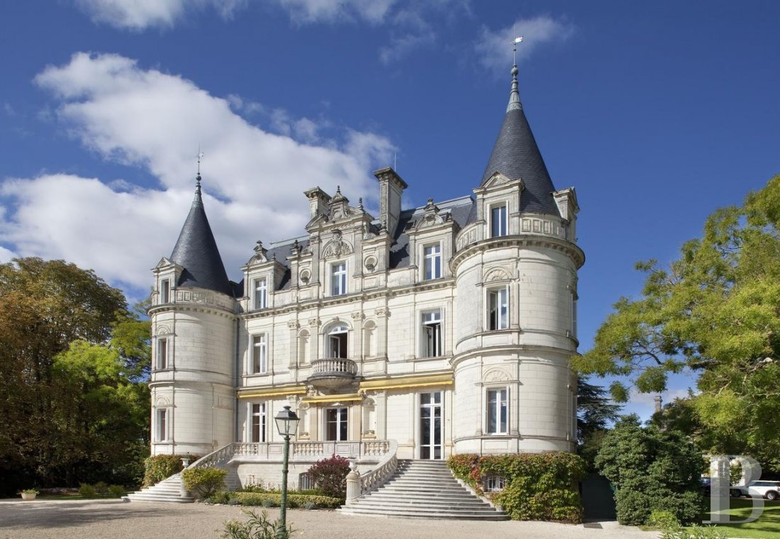 A chateau-hotel proudly stood on the banks of the Indre to the south of Tours - photo  n°1