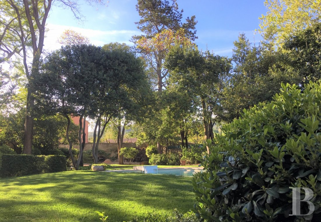 character properties France provence cote dazur   - 12