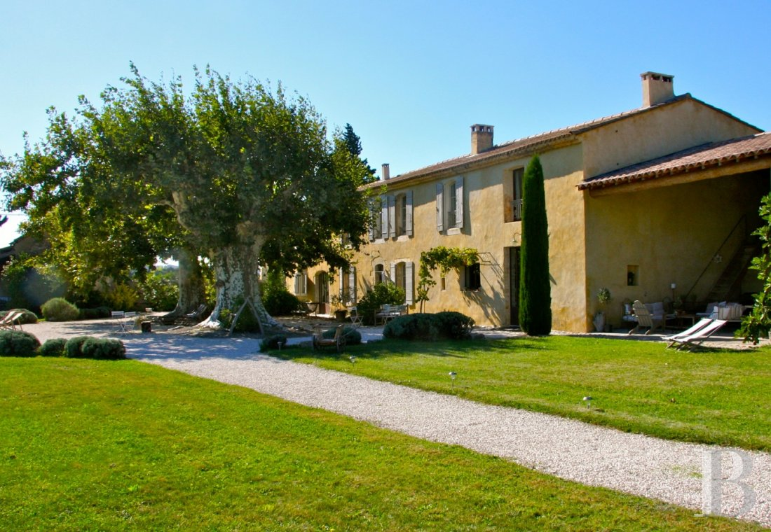 A former 17th century coaching inn  for provincial holidays with family or friends to the east of Avignon  - photo  n°1