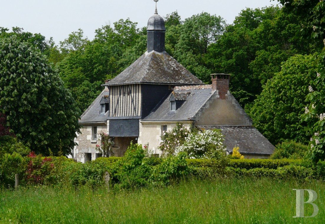 A farm converted into a holiday cottage on an estate classified as a Historic Monument, near to Tours - photo  n°1