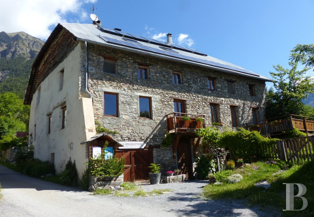 A renovated farmhouse still faithful to its mountains  in the Ubaye Valley and on the outskirts of Mercantour - photo  n°1