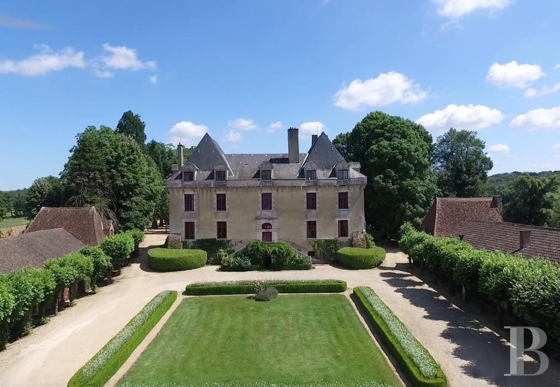 An elegant 17th century chateau with a park stretching for as far as the eye can see between Périgueux and Limoges, in the north of the Dordogne - photo  n°1