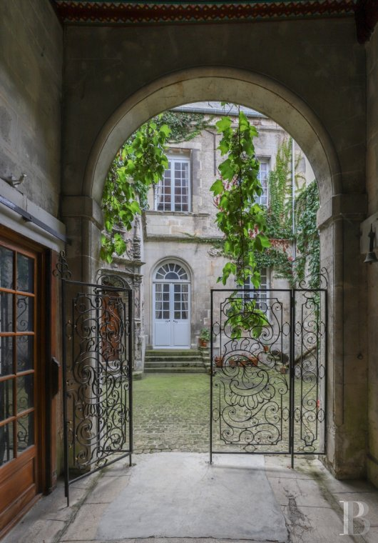 Mansion houses for sale - picardy - A 16th century mansion house, dominating the ramparts, an hour from Paris and 30 minutes from Charles-de-Gaulle airport