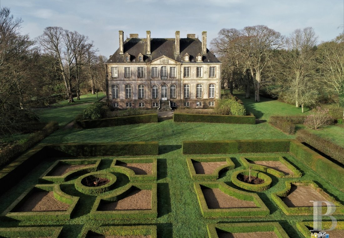 An 18th century chateau and its outbuildings spread across the heights of Val de Saire  in the Cotentin - photo  n°1