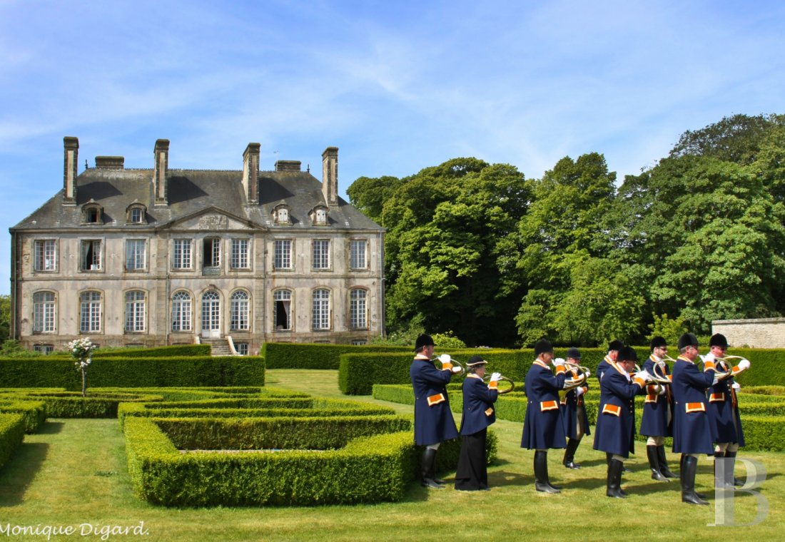 An 18th century chateau and its outbuildings spread across the heights of Val de Saire  in the Cotentin - photo  n°2