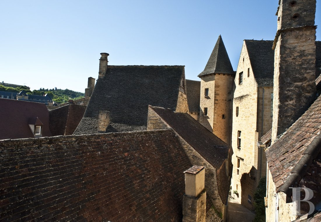A former mansion with medieval origins now housing five bright suites in Sarlat - photo  n°1